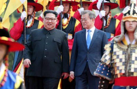 Severní a Jižní Koreu nedělí na cestě ke sjednocení demilitarizovaná zóna, ale americká armáda, její základny a strach Pentagonu ze ztráty strategických pozic v Jihovýchodní Asii. Hrobové mlčení Pentagonu na právě probíhající mírový proces bez asistence USA. Trumpovi zůstane nevděčná role, buď posvětí Kimův triumf cesty míru, nebo Pentagon proces zmaří a USA se spolu s Trumpem stanou vyvrhelem, jako po blamáži v Sýrii!
