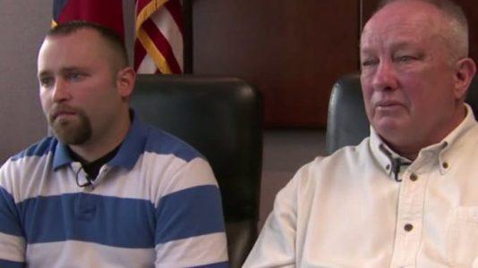 Ozbrojený muž se zabarikádoval na jednotce intenzivní péče, aby zachránil svého syna před eutanázií. Poté se stal zázrak (VIDEO)