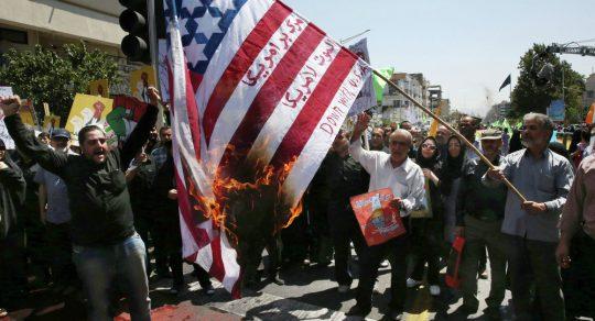 """""""Smrt Americe"""": Skandující íránští poslanci v reakci na Trumpovo včerejší oznámení zapálili vlajku USA (VIDEO)"""