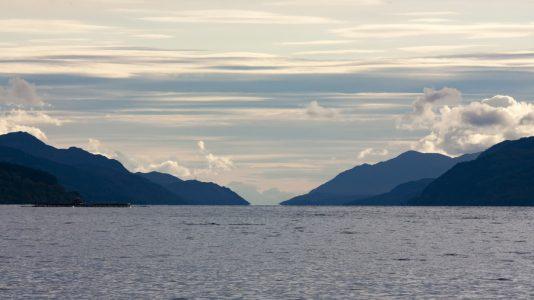 Nessie je zpět! Nové záběry ukazují záhadné monstrum plovoucí v jezeře Loch Ness (VIDEO)