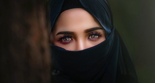 """Televizní moderátorka Saúdy šokovala svým """"nemravným"""" oděvem"""
