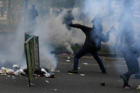 """""""Putin není náš car!"""" Až 160 000 lidí protestuje, ulice hoří, zasahuje 2000 policistů a vodní děla. Protestující si vymohli pád vlády"""