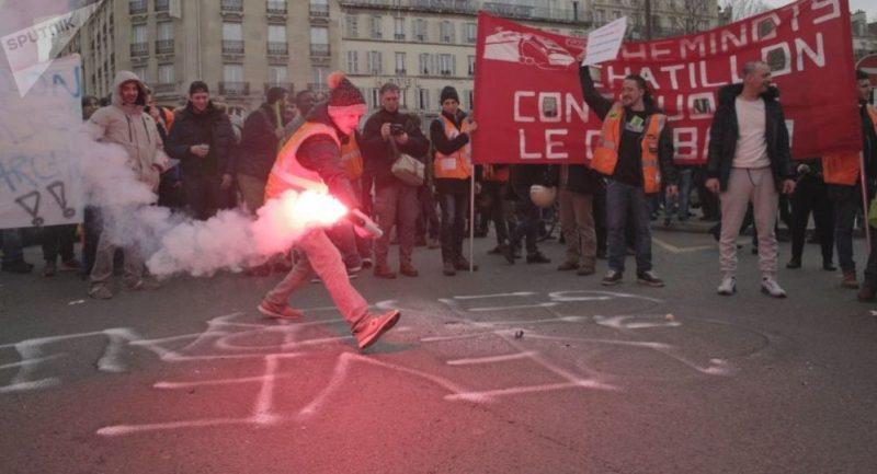 Prvomájová pařížská demonstrace: slzný plyn, lidé v maskách a zraněná novinářka Sputniku