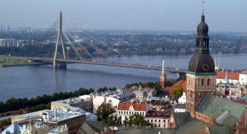 V Rize protestovalo 10 tisíc lidí proti přechodu ruských škol na lotyštinu