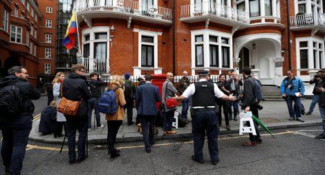 ŽIVĚ: V Londýně vypukly protesty za osvobození zakladatele Wikileaks Juliana Assange