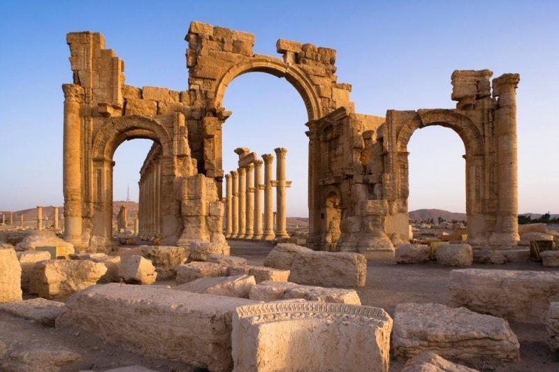 Syrští archeologové začali pracovat na záchraně antické Palmýry, kterou zničili islamisté