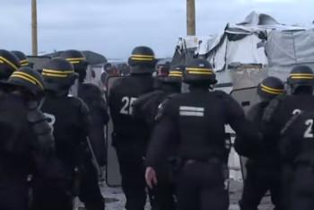 Migranti v Calais přepadli policisty, čtyři zranili (VIDEO)