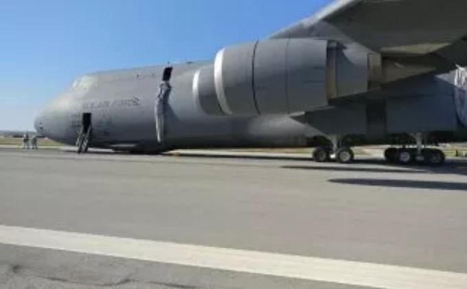 Bylo natočeno nouzové přistání obrovského amerického letounu C-5 Galaxy