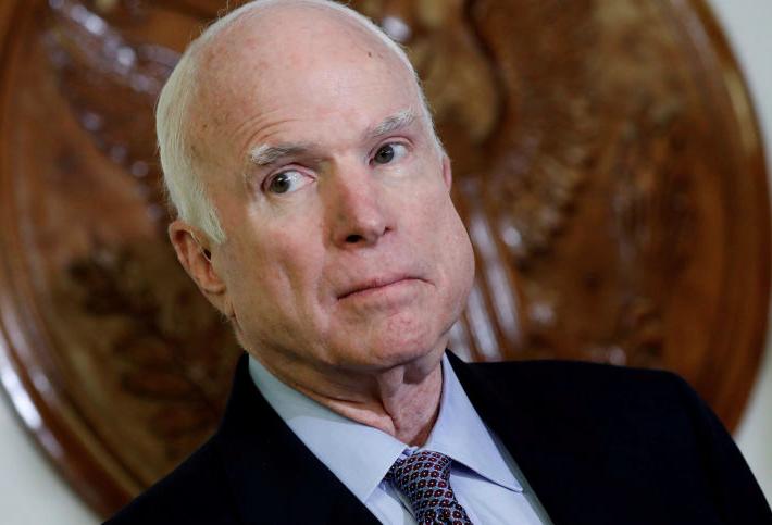 Zemřel senátor John McCain