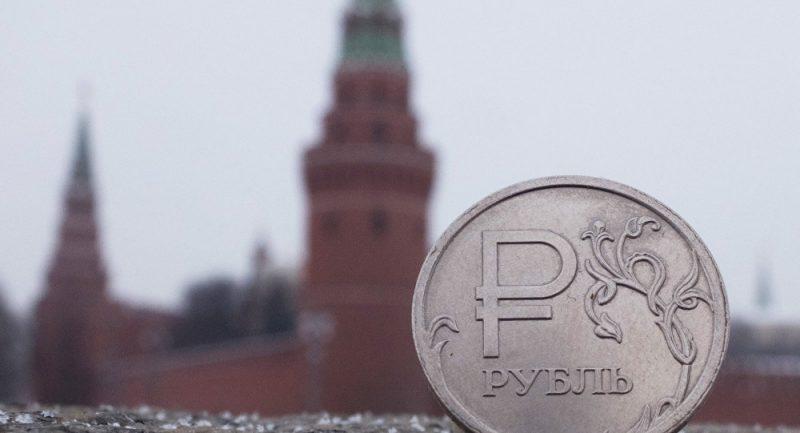 Rubl začal prudce stoupat vůči dolaru a euru