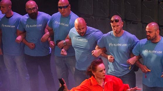 Členové hnutí Slušní lidé dostali za přerušení kontroverzní divadelní hry Naše násilí a vaše násilí pokuty