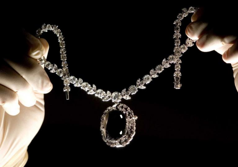 Diamanty: Drahé kameny prokleté nepředstavitelným zlem, které přináší svým majitelům neštěstí a smrt