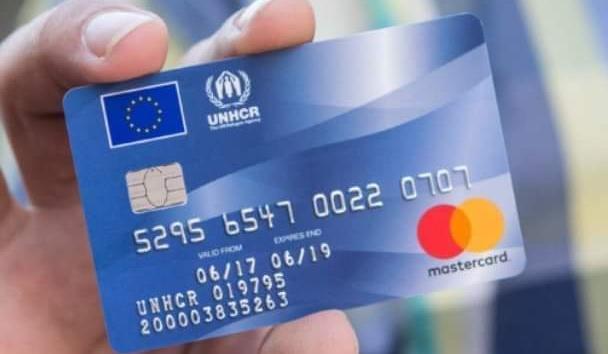 EU přiznala, že dala migrantům tisíce předplacených debetních karet