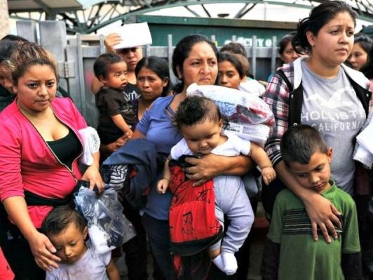 Washington post: Pašeráci lidí odměňují migranty, kteří jim k hranicím přivádějí děti