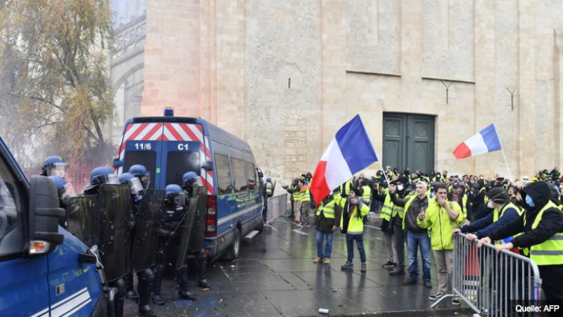 Přichází naprosto převratná zpráva z Francie. ŽLUTÉ VESTY VYPUSTILY KOUZELNÉHO DŽINA Z LAHVE, KTERÝ PŘEMĚNÍ EVROPU. Policejní odborová organizace ve Francii se přidává k žlutým vestám a vyhlašuje neomezenou stávku