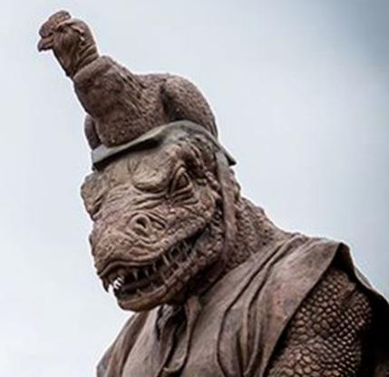 """Umělec v Peru vztyčil sochu reptiliánského boha ve ,,Městě přátelství"""""""