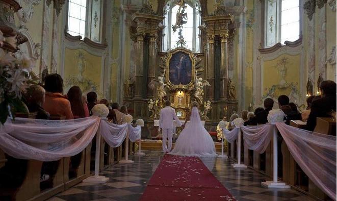 Je dnešní církevní sňatek v ČR vlastně vůbec ještě sňatkem před Bohem?! Proč se ptáme? Čtěte – a sami posuďte