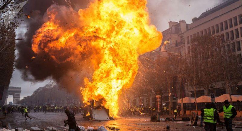 Masové násilí a možné použití armády: Co se děje ve Francii?