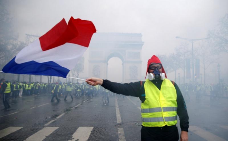 Policisté ve Francii přecházejí na stranu demonstrantů