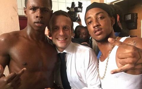 Prezident MAKRON, který zradil svůj národ a celou Francii, se směšně doprošuje Francouzů, aby mu dali druhou šanci