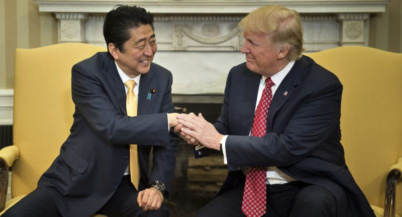 Japonský premiér na žádost USA nominoval Trumpa na Nobelovu cenu