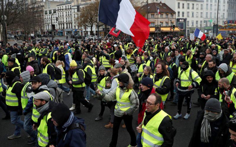 Žlté vesty – protesty stále pokračujú, ako aj zúfalstvo prezidenta. Žiadne protiopatrenie zatiaľ nefungovalo! Reportáž, ktorá odhaľuje obe strany barikády