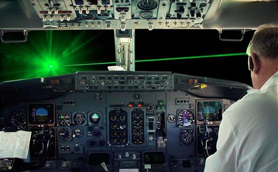 """Pilota vojenského letadla """"někdo"""" oslnil laserem čtyři sta metrů nad Chrudimí"""