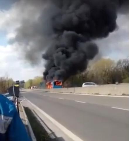TEROR V ITÁLII!!!!! Muslimský řidič autobusu chtěl upálit 51 dětí zaživa. Podpálil autobus a utekl. Co tohle je za svět?????
