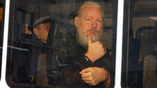 Zakladatel WikiLeaks Julian Assange byl zatčen na velvyslanectví Ekvádoru v Londýně