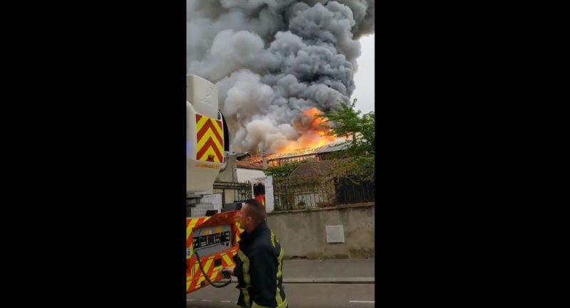 Francouzské město Versailles zasáhly obrovské plameny