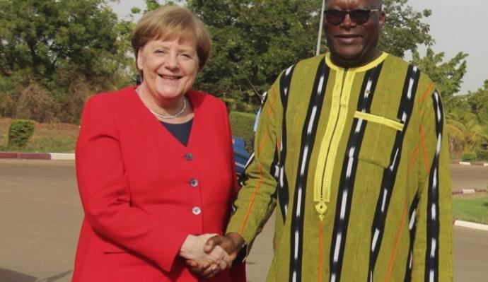 Kancléřka Angela Merkelová slibuje pomoc africkému státu Burkina Faso