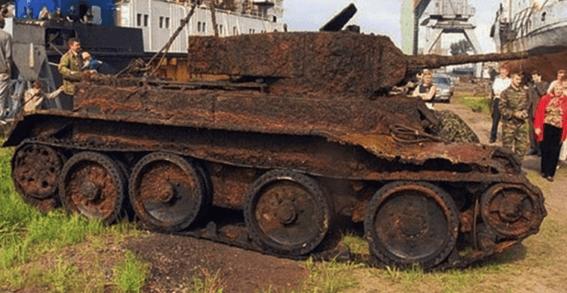 Archeologové objevili v lese starý tank. Když ho odkryli, nevěřili svým očím! Velice dojemné