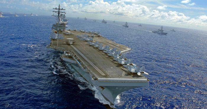 V Perském zálivu přituhuje: Své válečné lodě tam vyslala také Indie