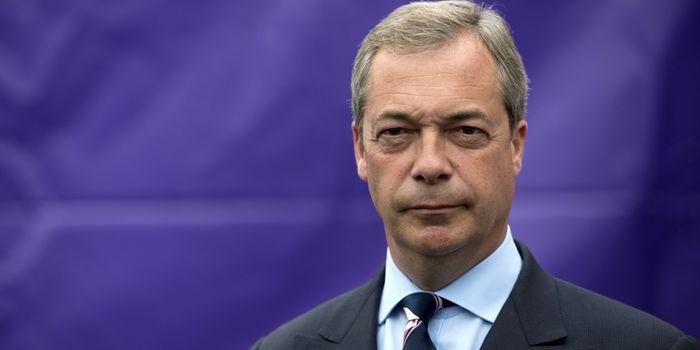 Europoslanci ze strany Brexit Party Nigel Farageho se při hymně obrátili zády