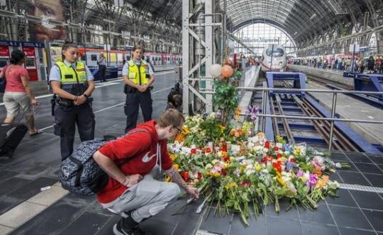 Němečtí státní zástupci zahájili vyšetřování Eritrejce, který strčil pod vlak ženu a jejího syna