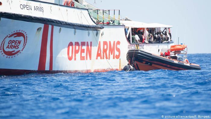 Španělské námořnictvo vyslalo loď k vyzvednutí migrantů u ostrova Lampedusa
