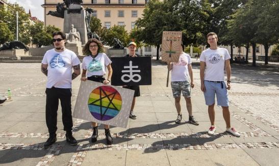 Satanisté podpořili LGBT komunitu. Nic jako tradiční rodina neexistuje, hlásali na náměstí v Praze