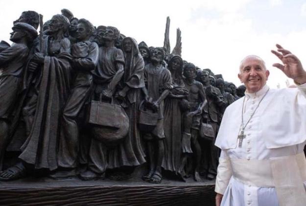Papež odhalil sochu oslavující vlnu uprchlíků a migrantů ze třetího světa do Evropy
