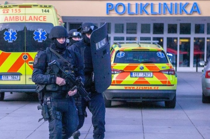 Děsivá konspirace: Masakr v ostravské nemocnici jako odvedení pozornosti od demonstrace Milionu chvilek v Praze? V čekárně střílel profesionál?