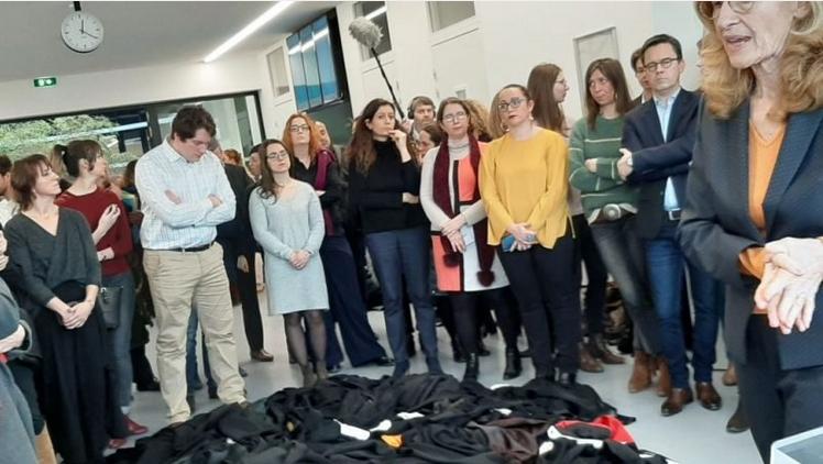 Právníci ve Francii odhodili svoje roucha pod nohy ministryně spravedlnosti. Vše se dá vysvětlit i jinak