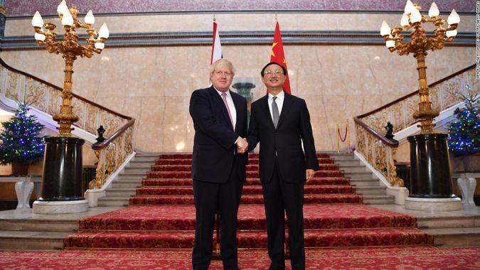 "Británie bude spolupracovat s Huawei na 5G. Premiér Johnson: ""Po odchodu z EU bude naše politika velmi pročínská!"""