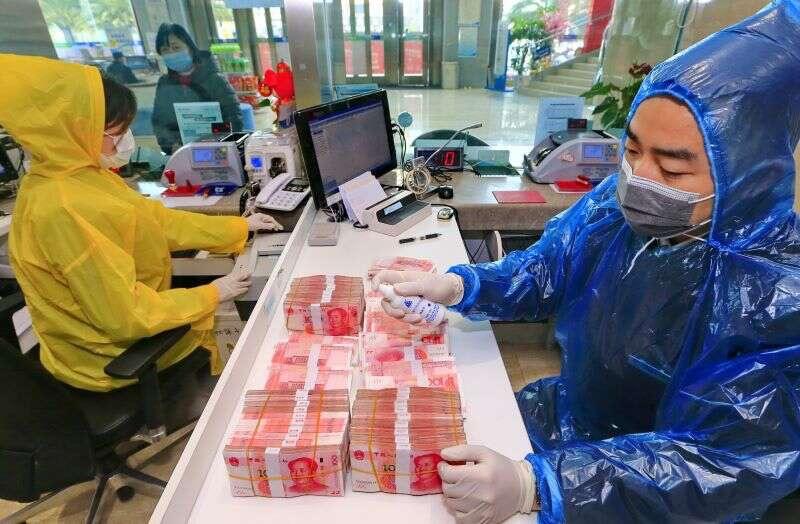 Světová zdravotnická organizace varuje před používáním hotovosti. Prý může rozšiřovat coronavirus