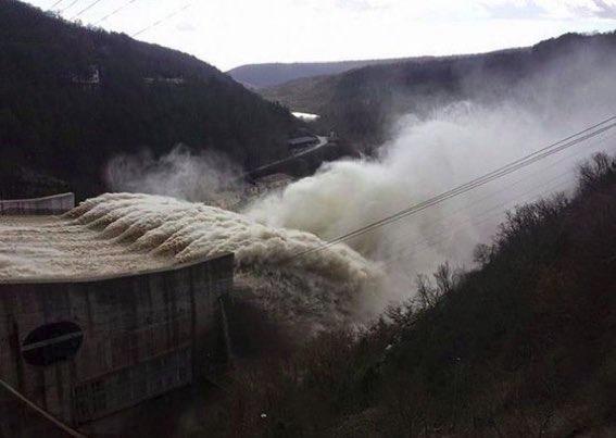 Řekové opevňují hranice valem s kulometnými hnízdy a Bulhaři na migranty pustili vodu z přehrady