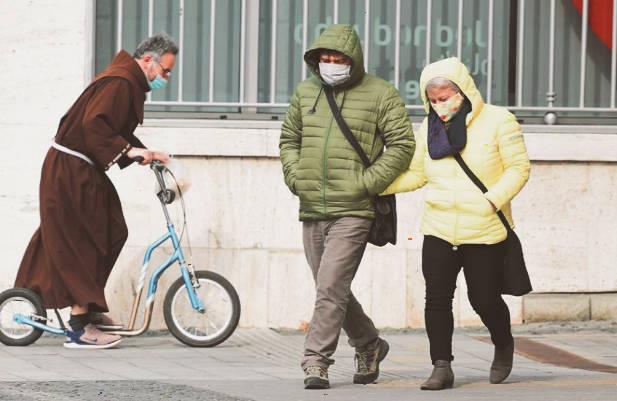 Nariadenie nosiť masku narušuje právo slobody, rozhodol francúzsky súd