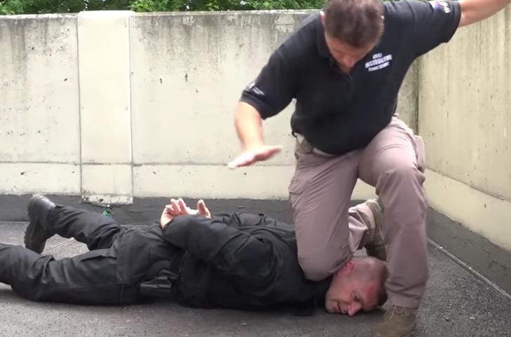 Jeden test – uškrtí vás při policejním zákroku 115 kilo?