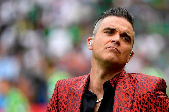 Nyní už i Robbie Williams šíří šílené konspirační teorie?