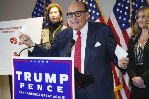 Devět klíčových bodů z tiskové konference právníků Trumpa od výzev k výsledkům voleb