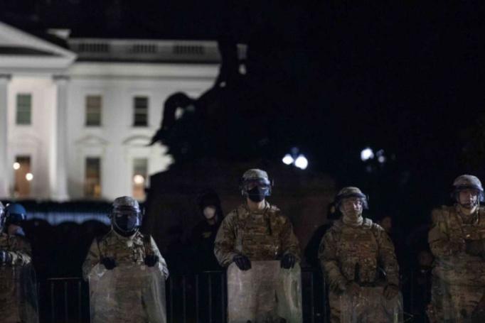 Pandemie a nepokoje podněcují největší mobilizaci Národní gardy v USA od druhé světové války