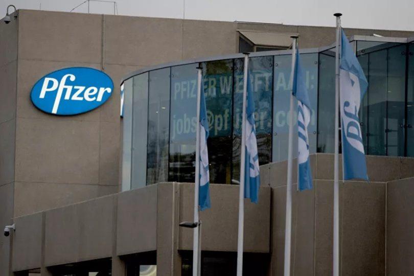Čínští odborníci po úmrtích v Norsku vyzvali k pozastavení používání vakcíny od Pfizeru. Je nebezpečná, tvrdí
