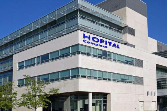 Nemocnice ve Francii byly nuceny zpomalit vakcinaci, protože očkovaní zdravotníci začali v houfech churavět